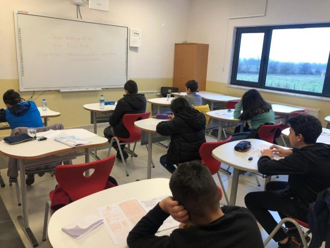Öğrenciler okula kabul bursluluk sınavında ter döktüler