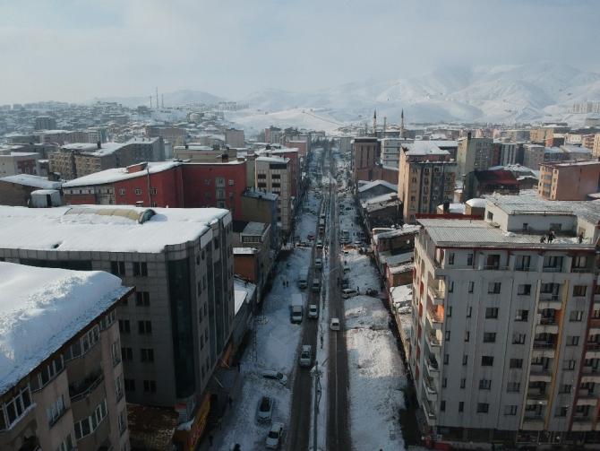Yüksekova merkezinden 5 bin kamyon kar çıkarılıp dereye döküldü