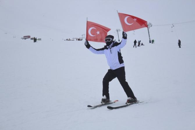 Van'da Türk bayraklı kayak gösterisi