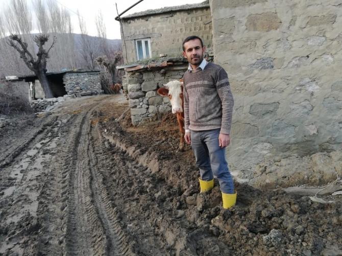 Köy halkı çamurlu ve bozuk yoldan kurtulmak istiyor