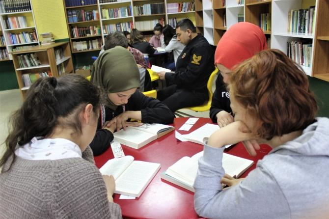 Bu ilçede bütün idareciler öğrencilerle beraber kitap okuyor