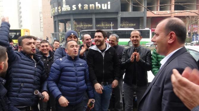 Eylemleri sonuç veren işçiler sendika başkanına konfetilerle teşekkür etti