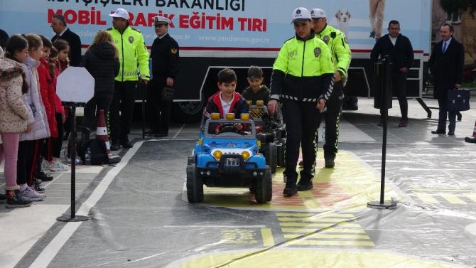 Çanakkale'de minik öğrencilere akülü arabalarla trafik eğitimi