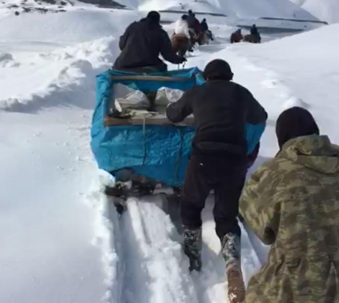 Yüksekova'da hastayı atlı kızakla 13 kilometre taşıdılar
