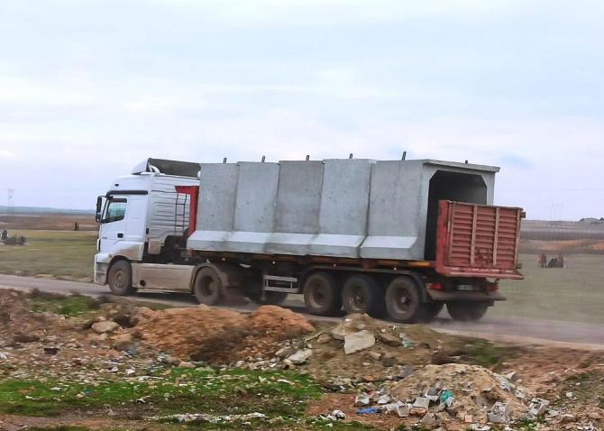 Sınır hattındaki karakollara beton blok sevkıyatı yapılıyor