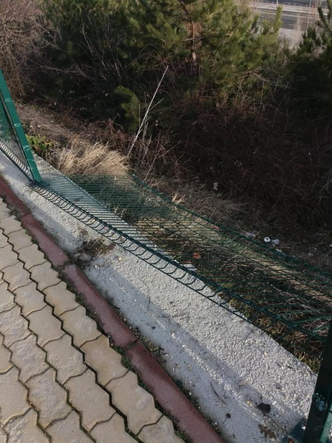 Yayaların güvenliğini sağlayan çitlere zarar verdiler