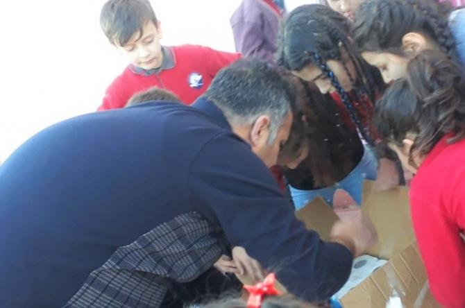 İlkokul öğrencileri depremzedeler için yardım topladı