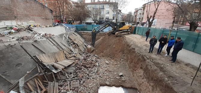 Başkent'te 3 katlı dükkanın temel kazısı yüzünden çöktüğü iddiası