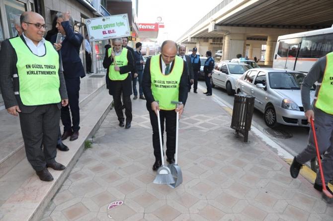 Belediye başkanı elinde süpürge ile sokakları süpürdü