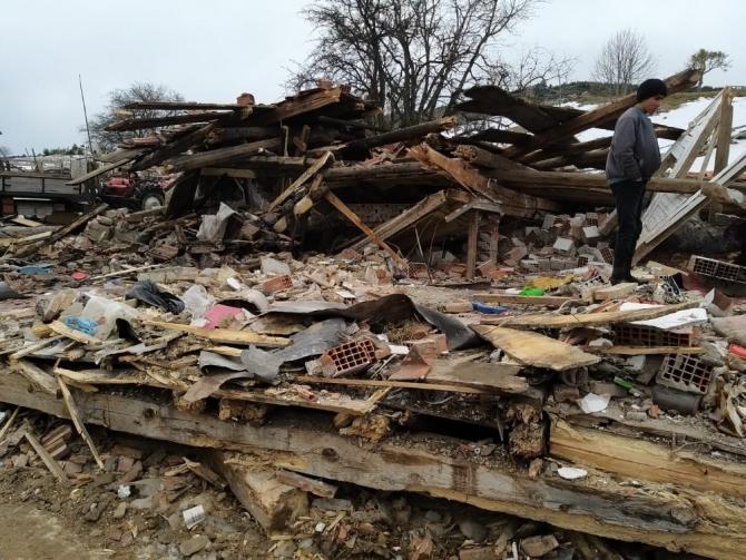 Kastamonu'da evi yıkılan aileye AFAD ve Türk Kızılayından yardım