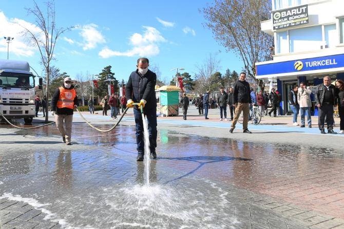 Bolu'nun en işlek caddesi korona virüse karşı dezenfekte edildi