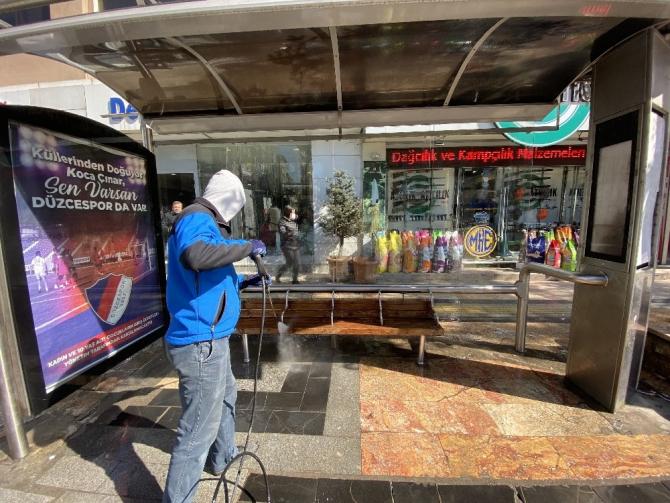 Düzce Belediyesi otobüs durakları temizlendi