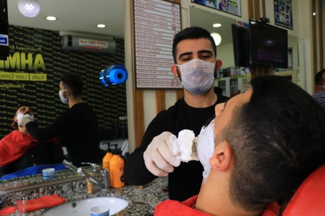 Maskeli eldivenli tıraş