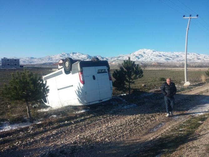 Antalya'da kamyonet tarlaya uçtu: 2 yaralı