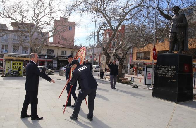 Burhaniye'de Çanakkale Zeferi için çelenk sunuldu
