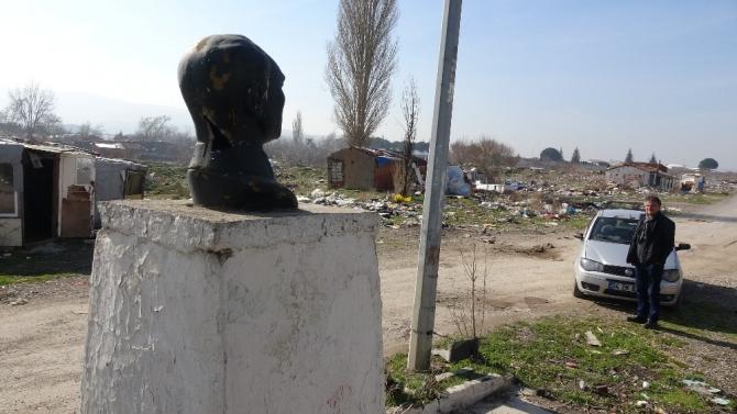 Çanakkale'de Atatürk büstü çöpler içinde kaldı