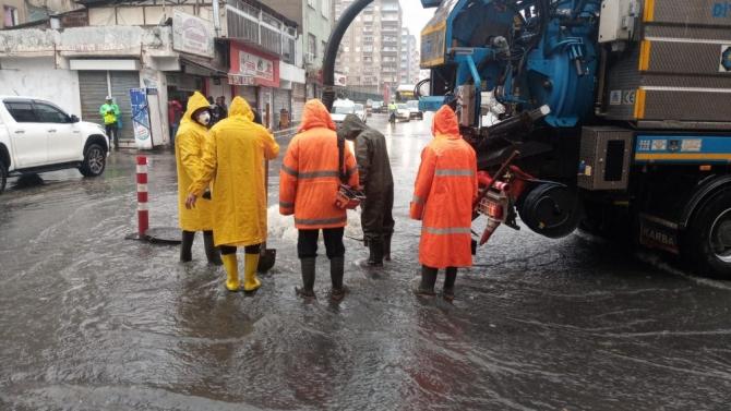 Diyarbakır'da su taşkını nedeniyle vatandaşlar zor anlar yaşadı