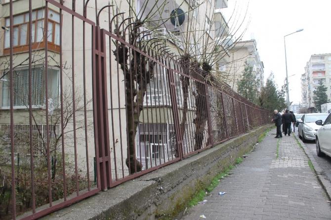 Asfalt çalışmaları sonrası yükü taşıyamayan istinat duvarı tehlike saçıyor