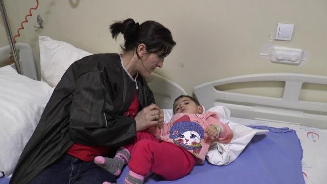 Kahraman anne kızını alevlerin içerisinden kurtardı