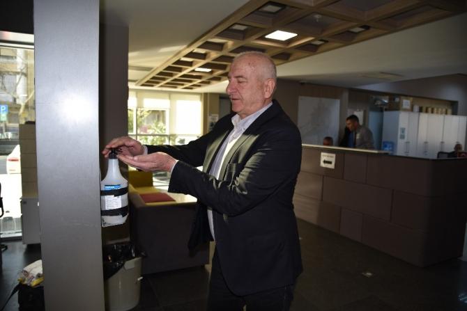 Hizmet binalarında ateş ölçer ve el dezenfaktanlı önlem