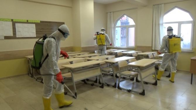 Muşta okullar korona virüsü tehdidine karşı dezenfekte ediliyor