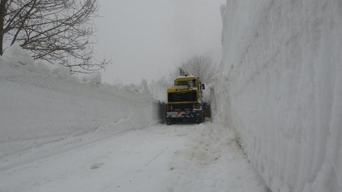 Kar kalınlığının 2-3 metreyi bulduğu yolda ekipler güçlükle ilerliyor