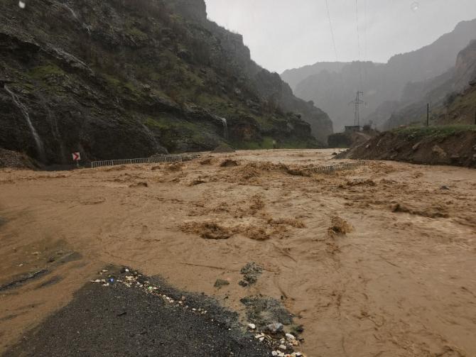 Uludere-Şırnak karayolu, sağanak yağış nedeni ile kapandı