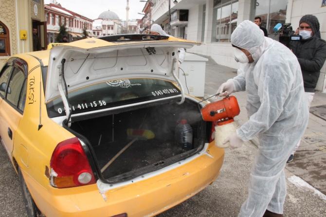 Belediye ekipleri taksileri dezenfekte etti