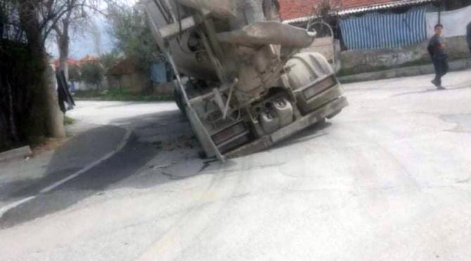 Beton mikserini taşıyamayan yol çöktü