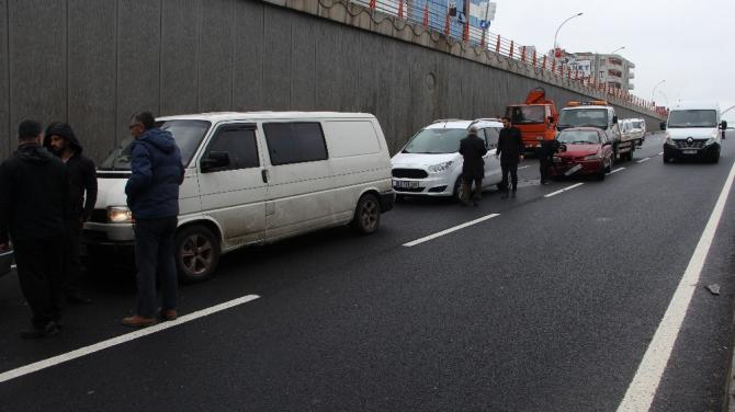 Yağışlı hava zincirleme kazaya neden oldu, sürücüleri emniyet kemeri kurtardı