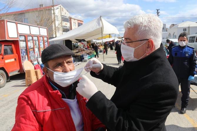 Belediye başkanı vatandaşa maske, eldiven ve dezenfektan dağıttı
