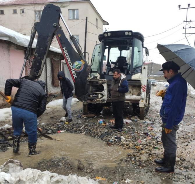 Yüksekova Belediyesinden kanal açma çalışması