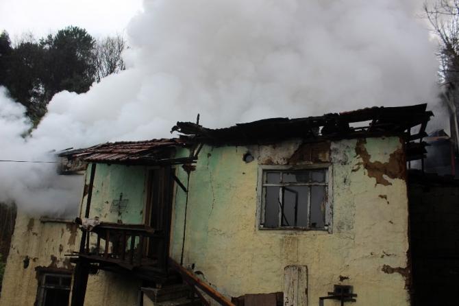 Isınmak için yaktığı ateş metruk binayı küle çevirdi
