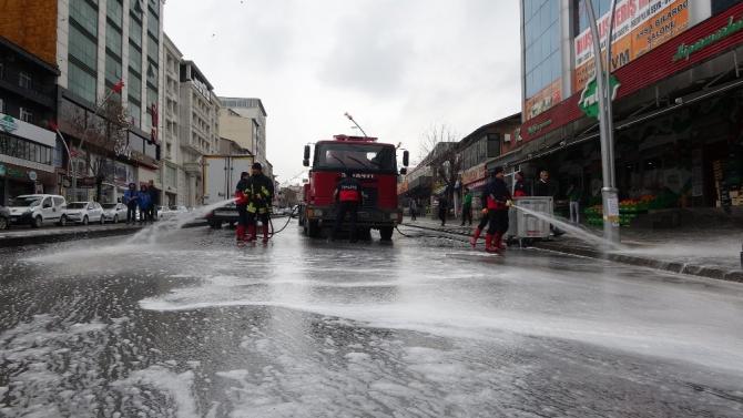 Muş'ta cadde ve sokaklar sabunlu su ile yıkanıyor