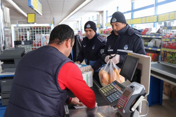Nevşehir'deki yaşlıların alışverişini belediye görevlileri yapıyor