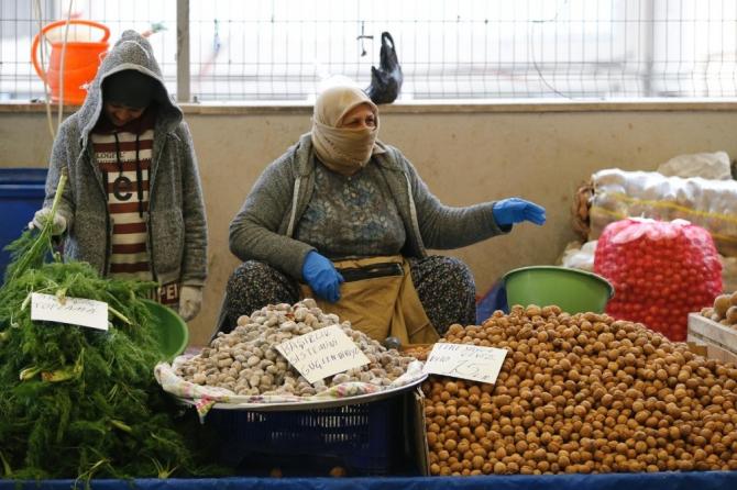İzmir'deki pazar yerlerinde korona önlemi