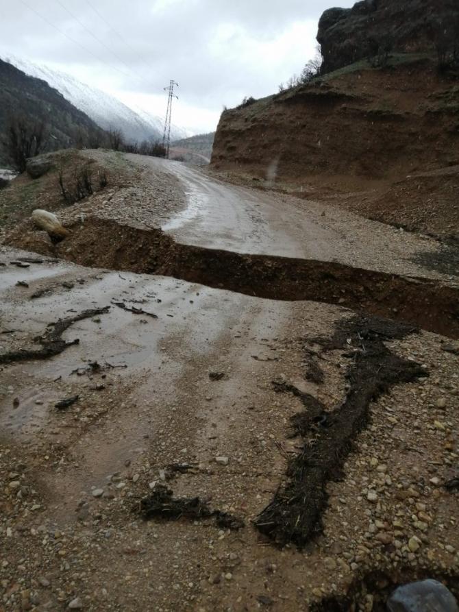 Siirt'te aşırı yağışlar heyelana neden oldu, işçiler ve araçlar yolda mahsur kaldı