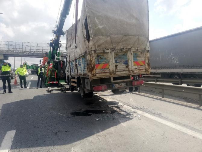 TEM'de kamyonet devrildi, trafik kilitlendi