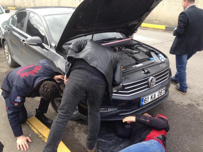 Otomobilin motor bölümüne giren yavru kedi kurtarıldı