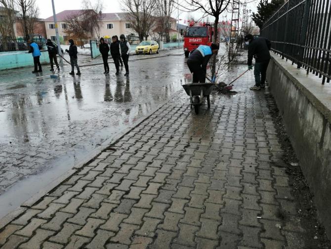 Çaldıran Belediyesi cadde ve sokakları sabunlu suyla yıkadı