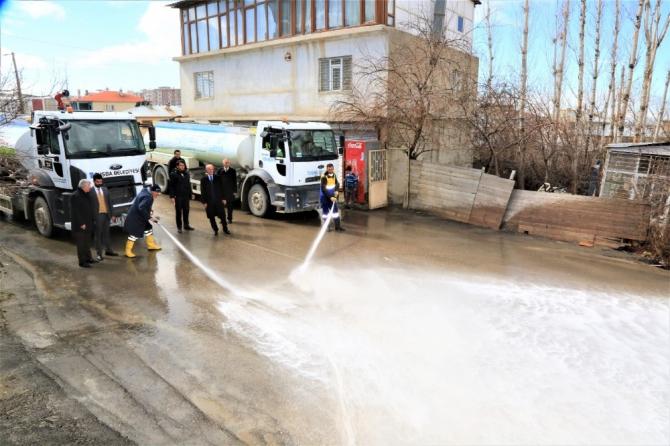 Tuşba Belediyesi yolları sabunlu suyla dezenfekte ediyor