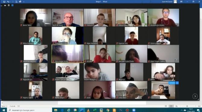 Öğrencilerine telekonferansla ders veriyor