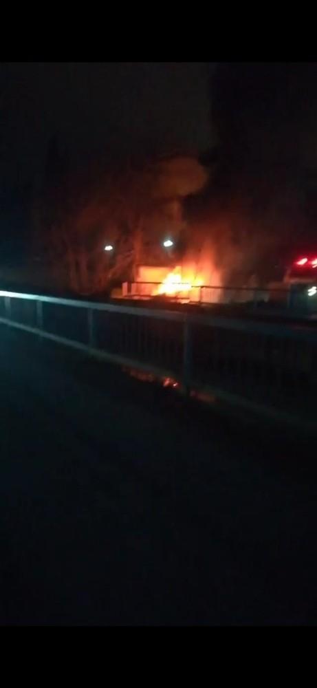 Kâğıthane'de alev alev yanan otomobil kül oldu