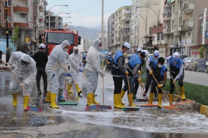 Cizre Belediyesi caddeleri dezenfekte ediyor
