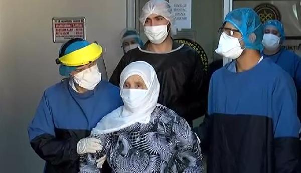Koronavirüsü yenen doktor ve 90 yaşındaki kadın alkışlarla taburcu oldu