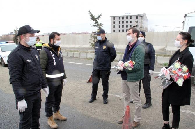 Ağrı'da öğretmenler, görev başındaki polislere karanfil verip baklava ikram etti