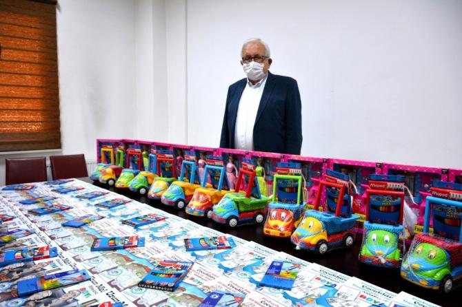 Karantinadaki çocuklara oyuncak ve boyama kitabı