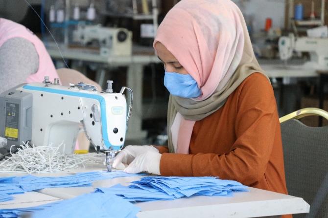 Bolu'da, giyim işi yapan fabrika günlük 15 bin maske dikiyor