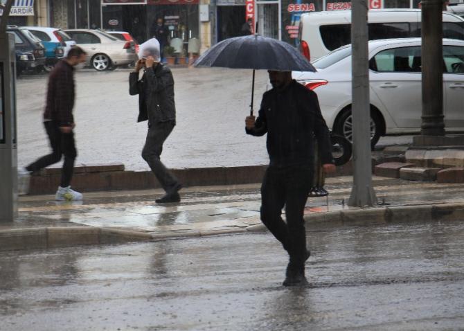 Yağmura yakalanan bazı vatandaşlar, poşetle korunmaya çalıştı