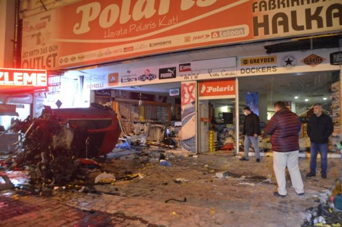 Sürücüsünün direksiyon hakimiyetini kaybeden lüks otomobil ayakkabı dükkanına daldı